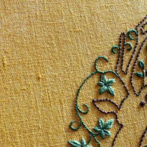 鹿の刺繍をしています