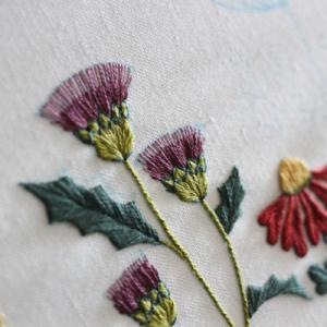 野の花の刺繍をしています