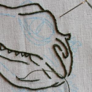 ワニを線画で刺繍中