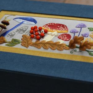 立体刺繍と平面刺繍を施したカルトナージュのお道具箱