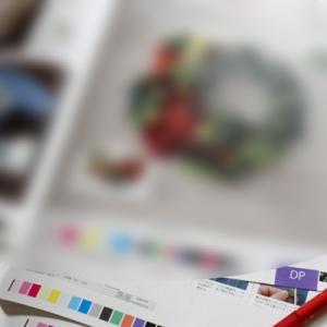 雑誌の色校チェックをしています