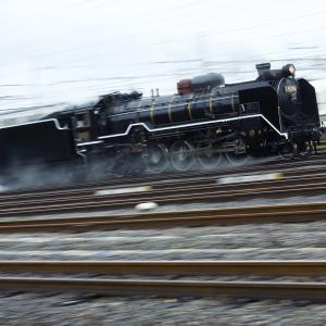 快速電車を抜き去るSL