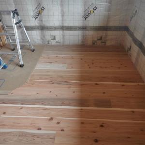 床材に杉無垢フローリングを張る