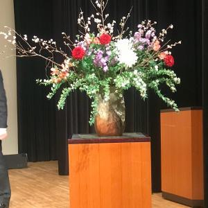 講演会の壇上の花