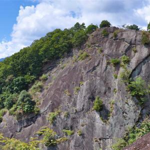 岩殿山|鎖場と断崖絶壁の稚児落としの絶景を求めて畑倉登山口から挑戦!