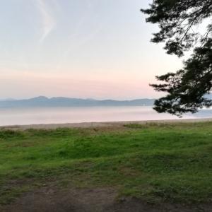 猪苗代湖の湖畔でキャンプ