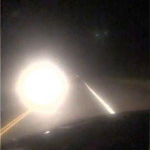 これは人魂それとも球電? 深夜の田舎道を浮遊する謎のオーブ