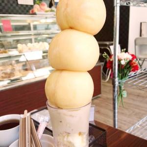 圧巻!流行りの  桃まるごとパフェ