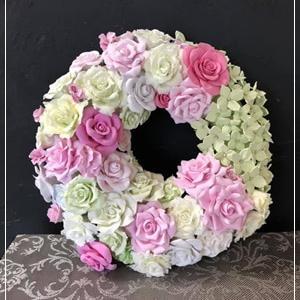 心華やぐピンクとグリーンのバラとアジサイのリース