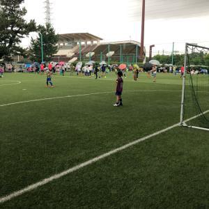 雨の中のサッカー