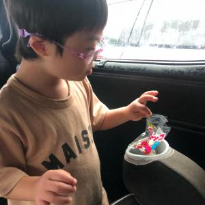 お菓子を食べさせて喜ぶ母 ?!