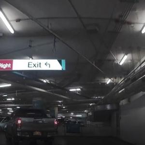 なぜか英語のみの、ZPELLの駐車場の案内板。