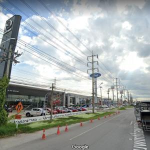タイのカーディーラーはでかい。
