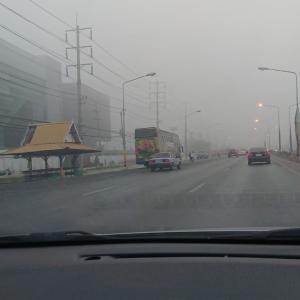 朝靄ではなく、大気汚染?