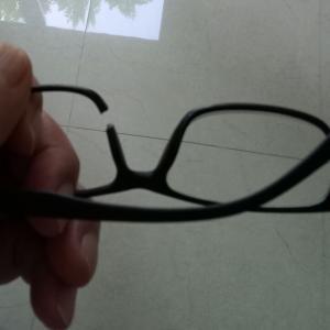 フューチャーパークで買った、安い老眼鏡が壊れる。
