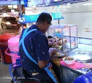カオカームー、マッサージ後の空腹には屋台メシで【タイ飯】