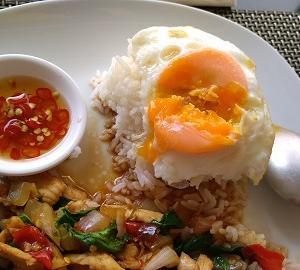 最初の「パッガパオ」辛さはオーケーで卵はのスタイルは【タイ飯】