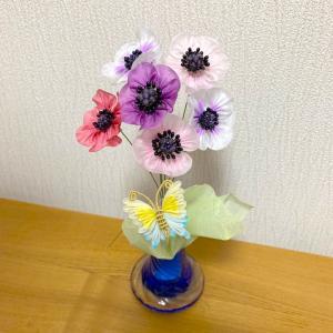 アネモネと蝶々の花瓶挿し
