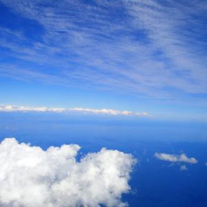 先週金曜の昼下がり、都内のあちこちで青空を見上げる人がいた。航空自衛隊の「ブルーインパルス」が、