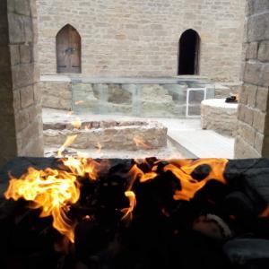 悪を退ける火〜アゼルバイジャン観光、世界最古の宗教、ゾロアスター教(拝火教)寺院(アテシュギャーフ)を訪れる