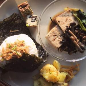 玄米おにぎりのエノキの旨煮のせ+ひじきとツナとお豆腐の煮物のワンプレート献立
