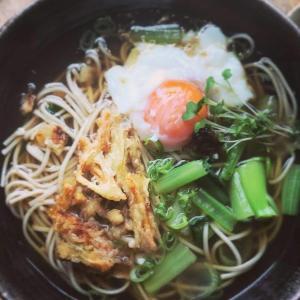 天ぷら蕎麦の温玉と三升漬けのせ