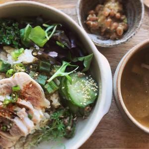 茹で鶏の七味醤油丼と山椒風味のお味噌汁