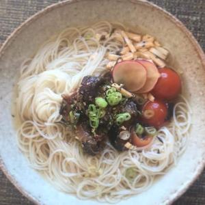 茄子の豆板醤煮とチェリートマトの香味醤油漬けの冷そうめん