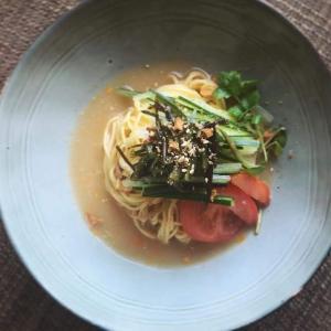 冷麺:胡瓜と茄子の豆板醤漬けと漬けトマトの冷やしラーメン