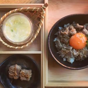 豚生姜焼きのユッケ風丼とコーンスープのおうち弁当の献立