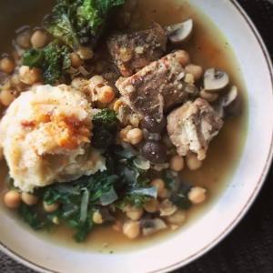 ポークリブとひよこ豆の煮込みと菊芋入りマッシュドポテト