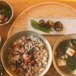パプリカマリネの燻製鯖のちらし風丼と野菜小鉢の献立