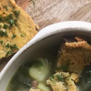 サワードウブレッドのチーズメルトとえんどう豆のスープ