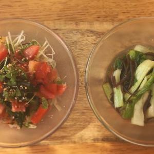 小さな箸休め: 香味野菜とトマトのわかめサラダ/パクチョイと木耳ポン酢漬けの胡麻豆腐添え