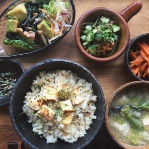 卵焼きのせごはんと茄子の天ぷらのお味噌汁の献立