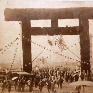 【鳥居写真】日清戦争凱旋時に仮設された靖国神社杉葉鳥居について