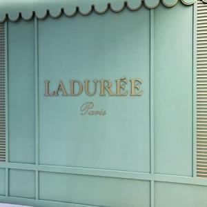 出勤途中にマカロンで有名なパリのラデュレでコーヒーを買いました。
