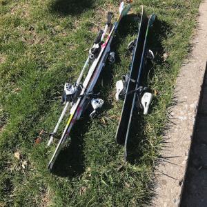 子供用のスキー一式を前庭に出しました。