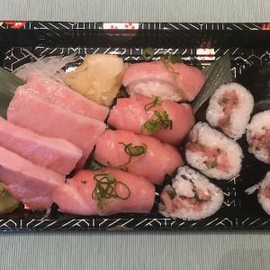抹茶ソフトクリームとお寿司の持ち帰り専門店を見つけました。