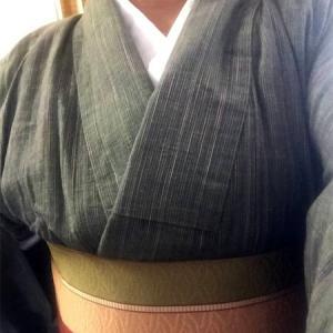 和服にエプロン(洋服用の、あの胸当てがついているタイプの)