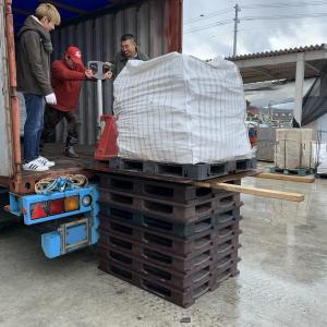 薪の配達の準備で積み込み