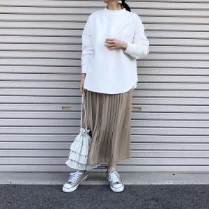 ユニクロの「シフォンプリーツロングスカート」の使用感レビュー!素材の効果で涼し気&軽やか♪プリーツもキレイで上品さ抜群。春夏にぴったりの1枚です。