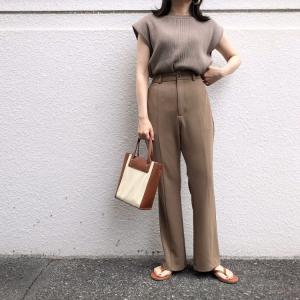 GUの「カットソーカラーフレアスラックス」の使用感レビュー!縫い合わせによるセンターシームで脚長効果が期待できる素敵パンツ。ストレッチが効いているので穿き心地も良好♪