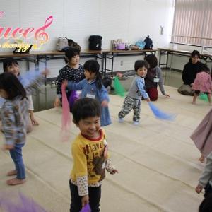 0歳児の下のお子さまも、双子のお友達も一緒に親子3人でお越し頂いています! 姫路市リトミック教室