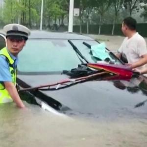 中国では記録的な豪雨とダム決壊‼️車がプカプカ‼️地下鉄では胸まで水に浸かる‼️