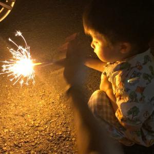 2歳の孫 手持ちの花火体験