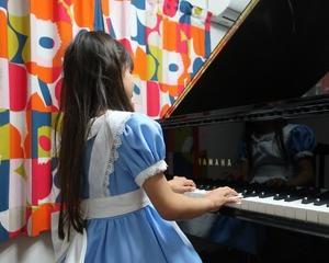 ノリノリで演奏するアリス