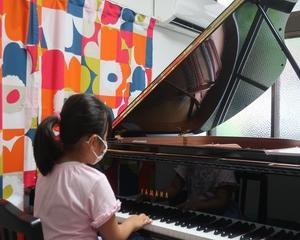 ピアノの蓋を開けています。