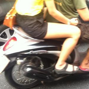 バイクの後ろに乗った女の子