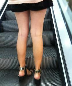 キレイな足のミニスカのお姉さん
